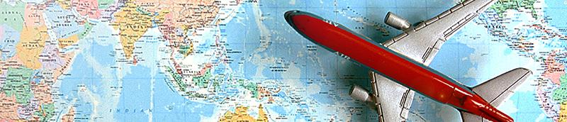 世界地図と飛行機のおもちゃ