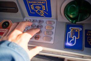 ATMでの暗証番号の入力の仕方